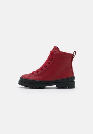 BRUTUS KIDS - Šněrovací kotníkové boty - medium red