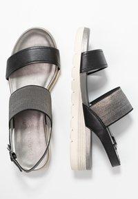 Caprice - Sandały na koturnie - black perlato - 3
