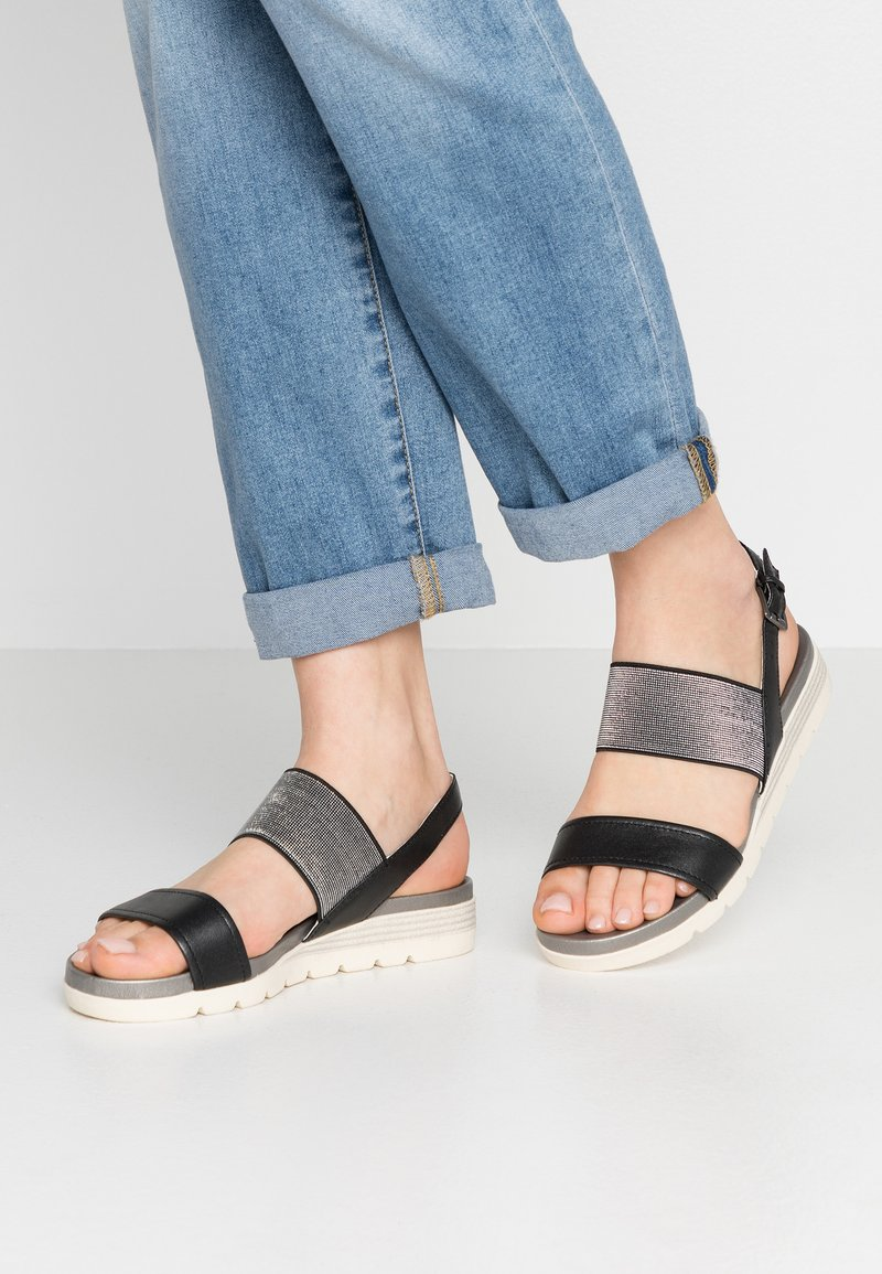 Caprice - Sandały na koturnie - black perlato