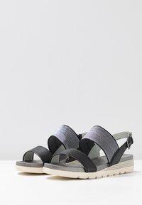 Caprice - Sandały na koturnie - black perlato - 4