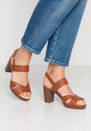 Sandales à plateforme - cognac