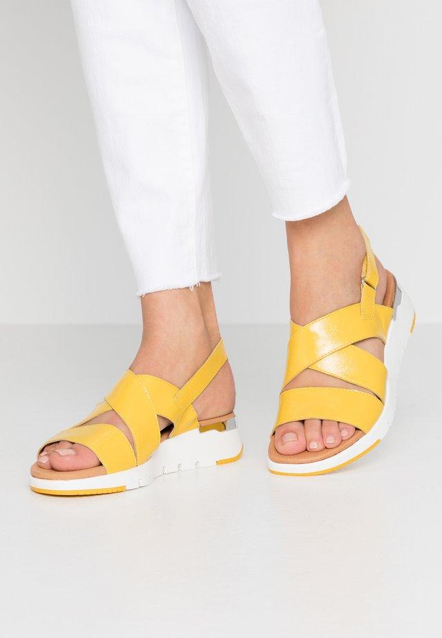 Sandály na klínu - lemon