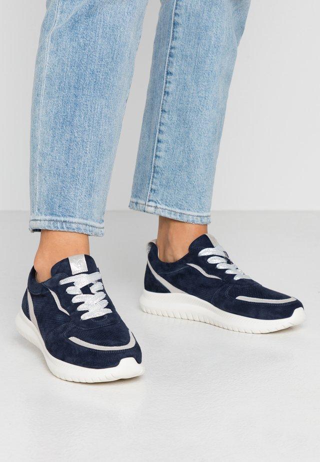 WIDE FIT - Sneakersy niskie - ocean