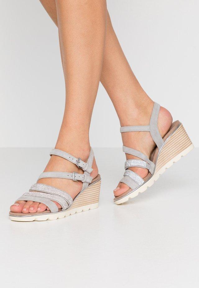 Sandály na klínu - grey