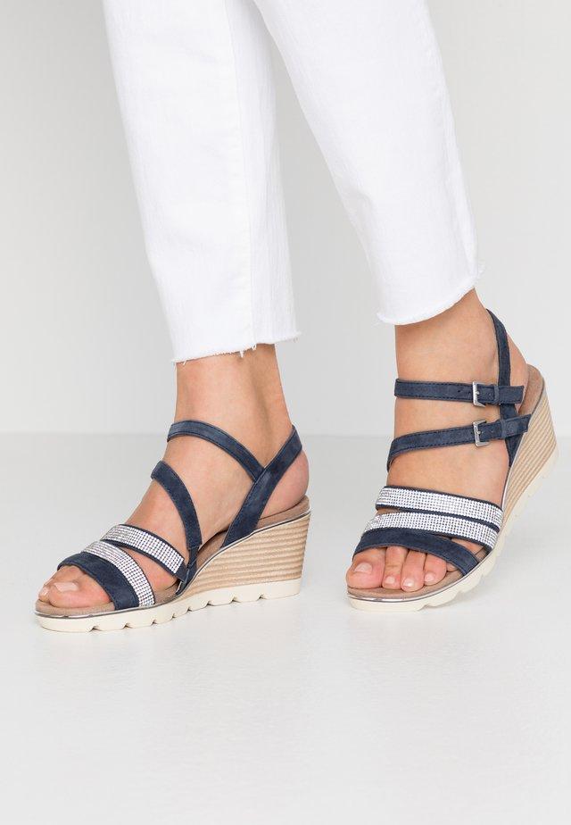 Sandály na klínu - ocean