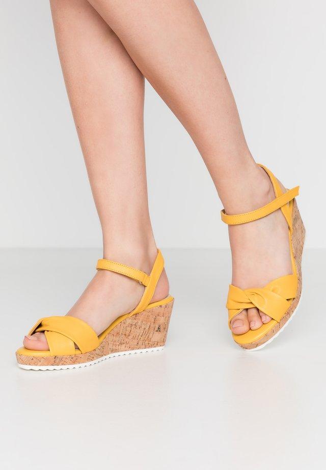 Sandály na platformě - sunflower