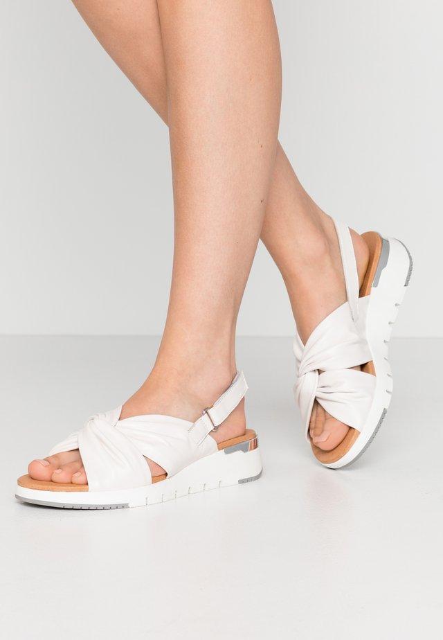 Sandały na platformie - white
