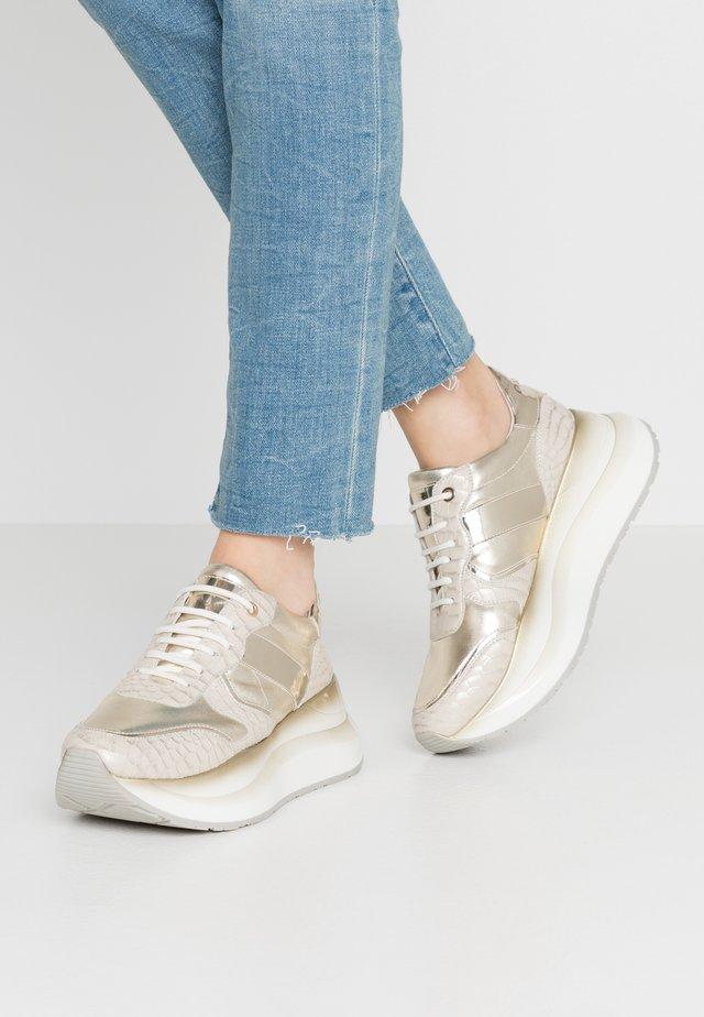 Sneakers laag - platino