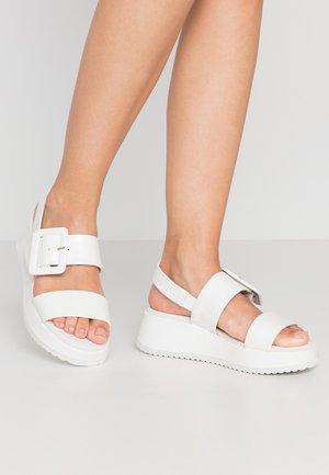Korkeakorkoiset sandaalit - bianco