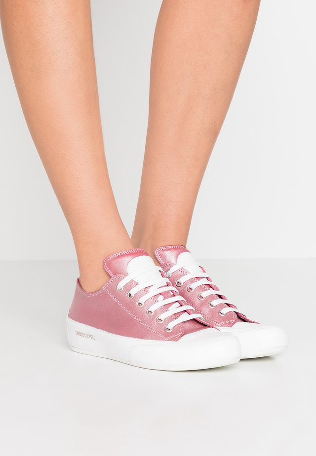 ROCK  - Sneaker low - camelia/bianco