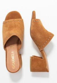 Carmela - Pantofle na podpatku - camel - 3