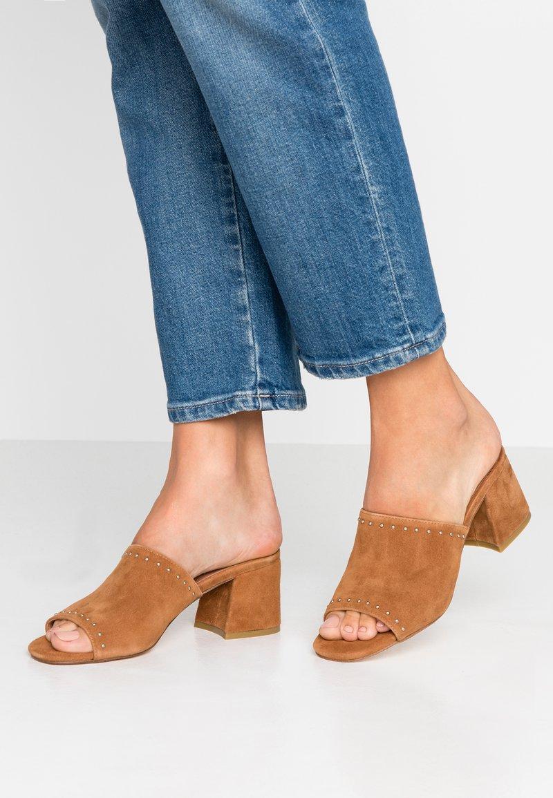 Carmela - Pantofle na podpatku - camel