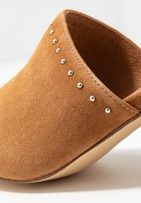 Carmela - Pantofle na podpatku - camel - 2