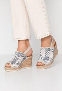Carmela - Sandały na obcasie - jeans - 0
