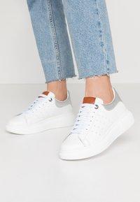 Carmela - Sneakersy niskie - silver - 0