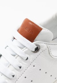 Carmela - Sneakersy niskie - silver - 2