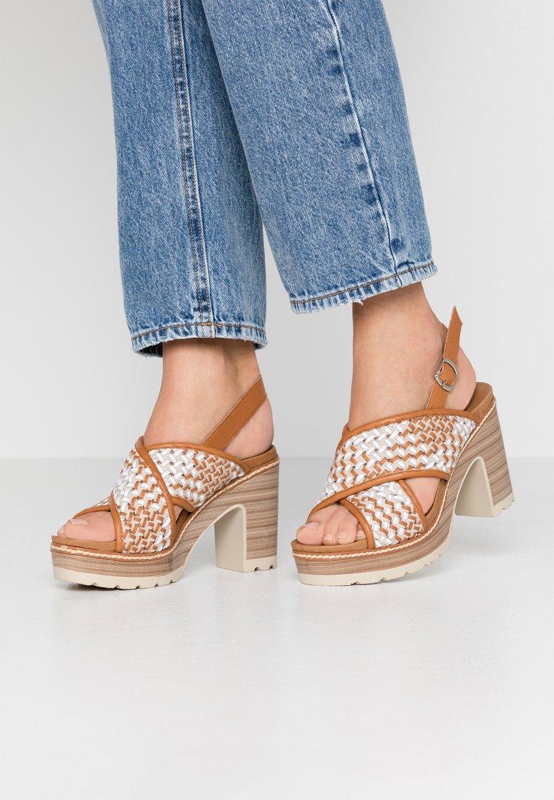 Carmela - Korolliset sandaalit - camel