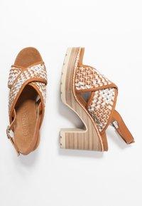 Carmela - Korolliset sandaalit - camel - 3