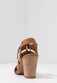 Carmela - Sandály na vysokém podpatku - camel - 5