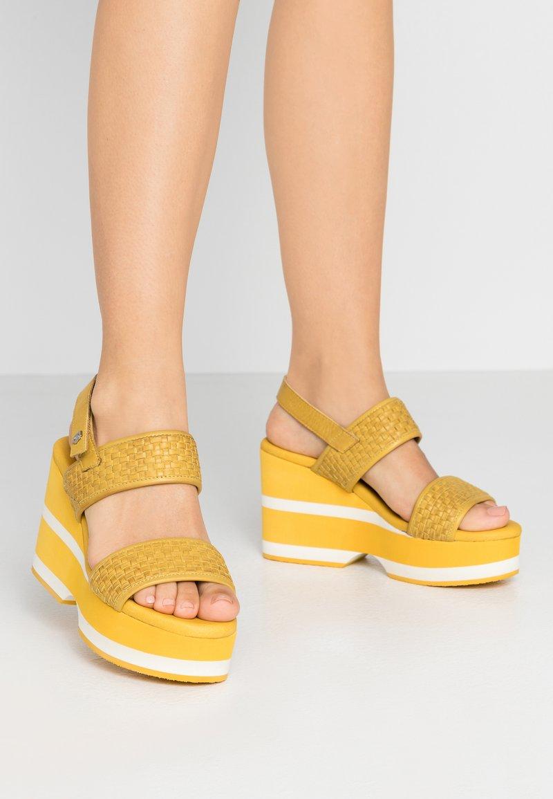 Carmela - Korolliset sandaalit - yellow
