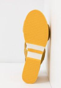 Carmela - Korolliset sandaalit - yellow - 6