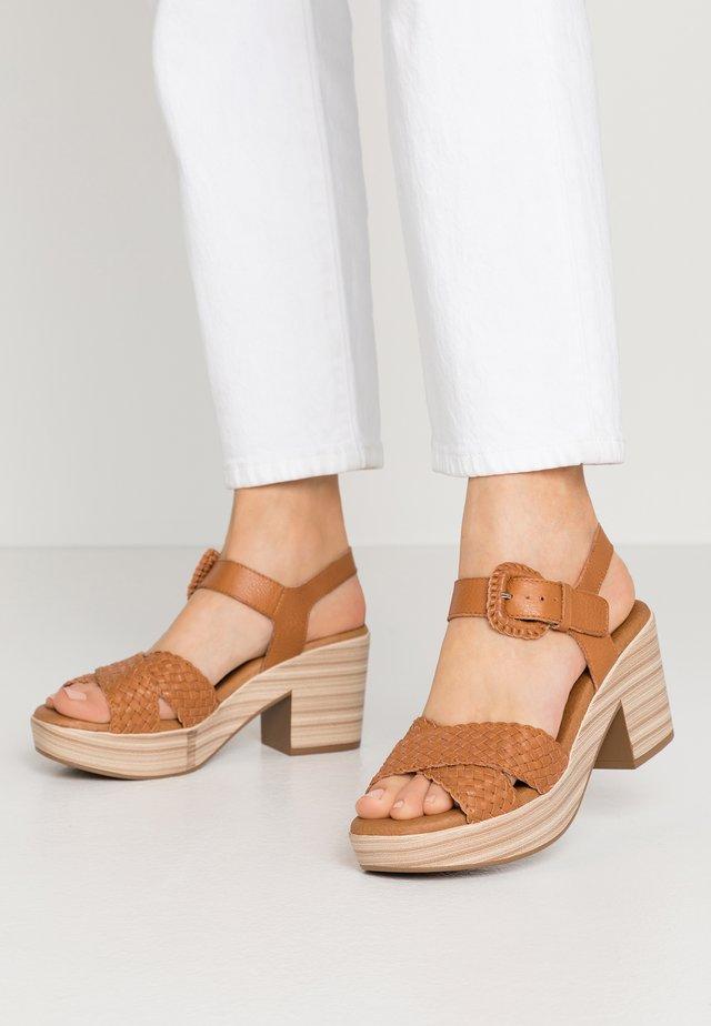 Sandały na platformie - camel