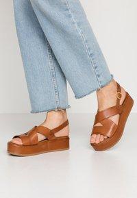 Carmela - Korkeakorkoiset sandaalit - camel - 0