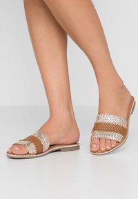 Carmela - Pantofle - gold - 0