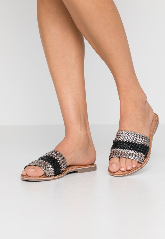 Pantolette flach - plumb