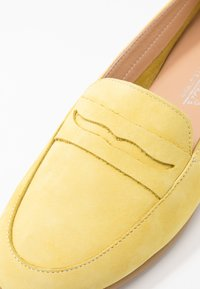 Carmela - Loaferit/pistokkaat - amarillo - 2
