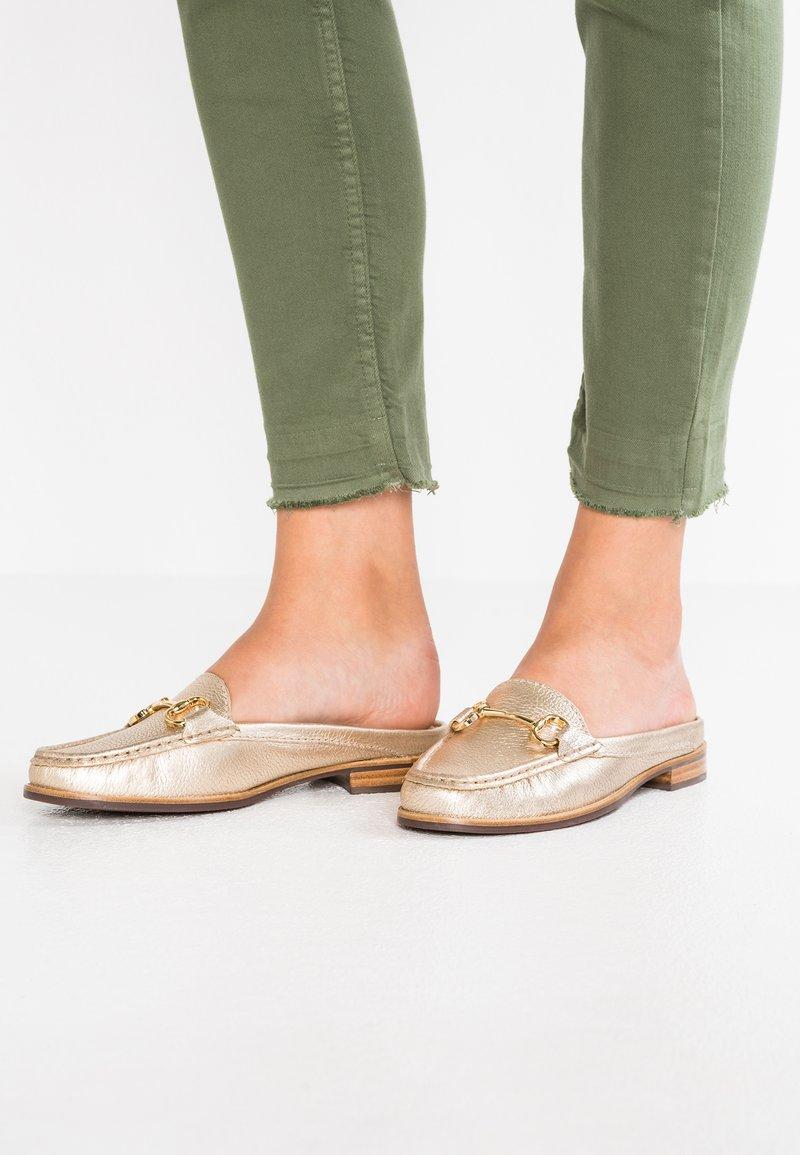 Carvela Comfort - CLAYTON - Pantolette flach - gold