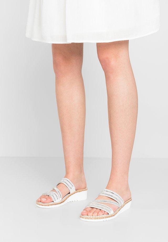 SULA - Pantolette flach - white