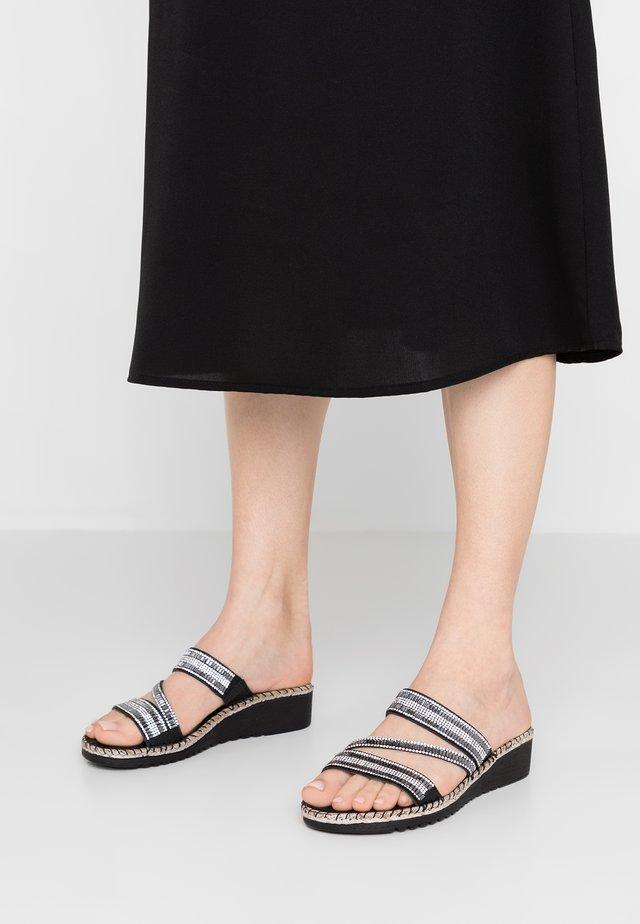 SULA - Pantolette flach - black