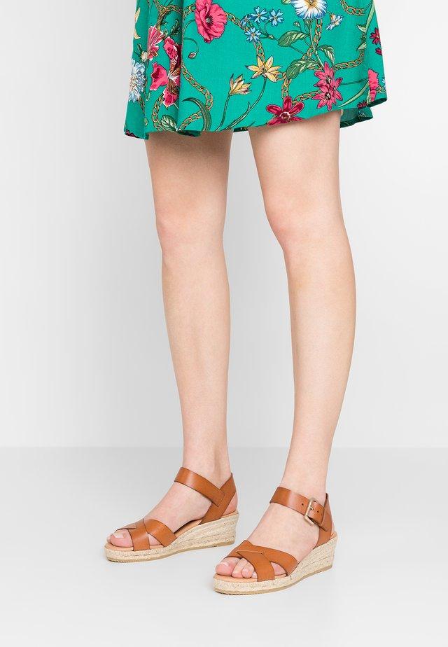 SHIRLEY - Sandalen met sleehak - tan