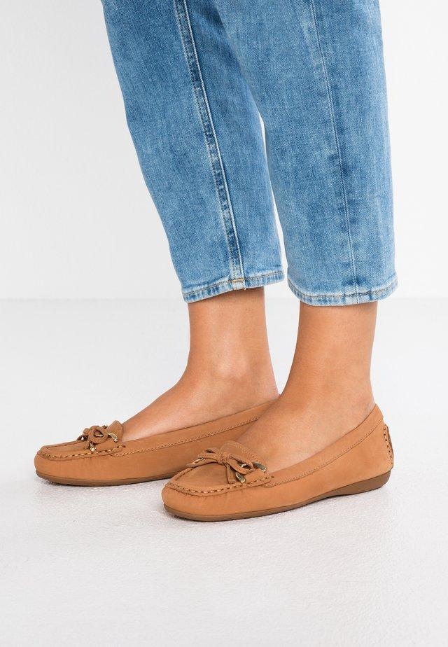 CALLY - Nazouvací boty - tan