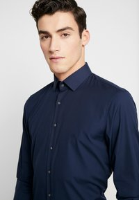 Calvin Klein Tailored - CONTRAST EASY IRON SLIM FIT SHIRT - Koszula biznesowa - blue - 5