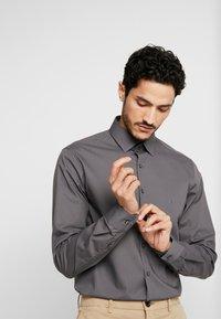 Calvin Klein Tailored - POPLIN SLIM FIT - Formální košile - charcoal - 3