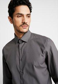 Calvin Klein Tailored - POPLIN SLIM FIT - Formální košile - charcoal - 6