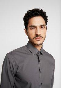 Calvin Klein Tailored - POPLIN SLIM FIT - Formální košile - charcoal - 4