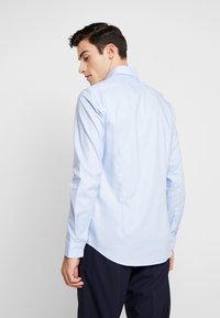 Calvin Klein Tailored - STRUCTURE EASY IRON SLIM SHIRT - Chemise classique - blue - 2