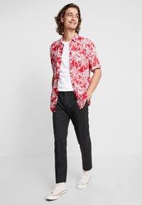 Calvin Klein Tailored - TRAVEL TAPERED PANT - Pantaloni - anthracite - 1