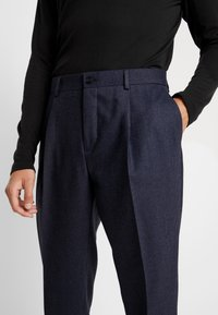 Calvin Klein Tailored - TEXTURED PLEATED PANT - Tygbyxor - blue - 5