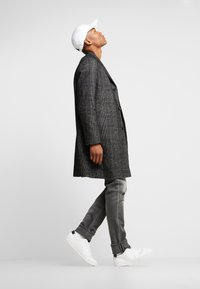 Calvin Klein Tailored - GLENCHECK COAT - Mantel - black - 3