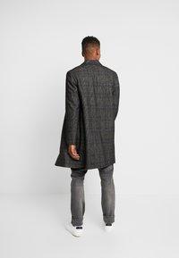 Calvin Klein Tailored - GLENCHECK COAT - Mantel - black - 2