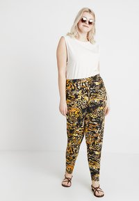 CAPSULE by Simply Be - TAPERED TROUSERS ANIMAL PRINT - Broek - brown/green - 1