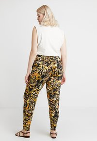 CAPSULE by Simply Be - TAPERED TROUSERS ANIMAL PRINT - Broek - brown/green - 2