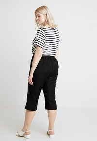 CAPSULE by Simply Be - EASY CARE CROP TROUSERS - Kraťasy - black - 2