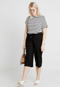 CAPSULE by Simply Be - EASY CARE CROP TROUSERS - Kraťasy - black - 1