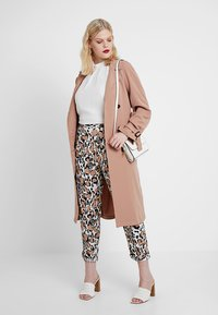 CAPSULE by Simply Be - PRINT CREPE TAPERED TROUSERS - Kalhoty - brown/white/black - 1