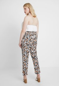 CAPSULE by Simply Be - PRINT CREPE TAPERED TROUSERS - Kalhoty - brown/white/black - 2
